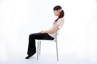 椅子にもたれかかる悪い座り方